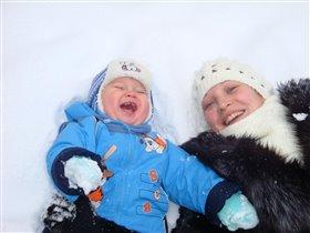 Мама разрешает мне в снегу валятся. КЛЕЕЕЕЕВООООО!
