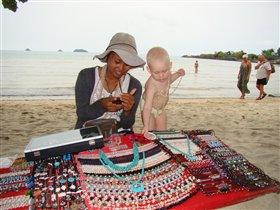 Алина выбирает украшения (Тайланд - Ко Чанг)