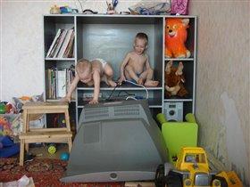 Уронили телевизор, хорошо не на себя