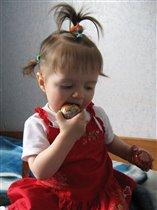 Катя пробует пасхальное яичко на зубок