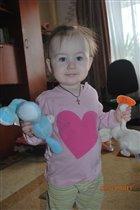 Виктория с игрушкой