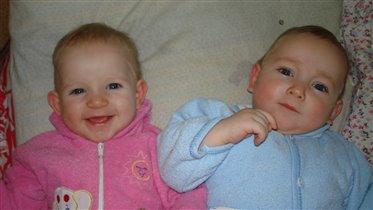 Двойняшки Вика и Артём - раки.