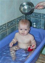 Елисей купается, в ванне он плескается)))