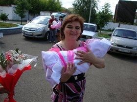 Счастливая бабушка!