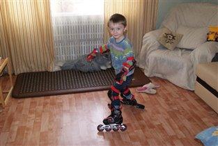 кататься на роликах можно и дома и на улице))))