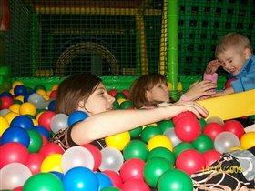 Детки утопают в счастье и веселье.