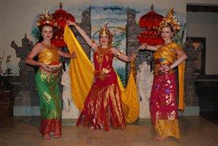 о.Бали, я в костюме танцовщицы в центре