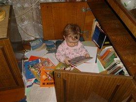 сколько у бабушки интересных книг накопилось!