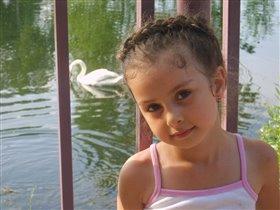 в парке у озера с лебедями