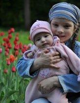 Две сестренки на прогулке