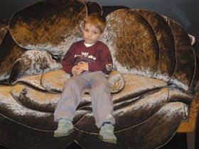 мой сынок Левочка в дизайнерском кресле