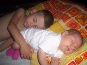 вот она настоящая братская любовь-даже во сне