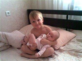 Как  хорошо на руках у братишки!