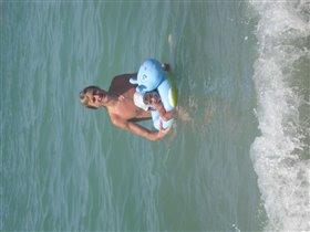 старший брат учит плавать сестру