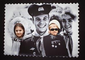 Анютка и Матвейка с Юрием Гагариным.