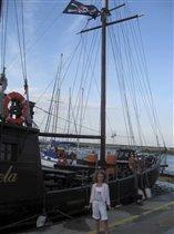 у пиратского корабля
