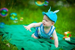 Никита в погоне за мыльными пузырями..)