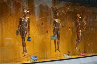 Золотые манекены парят над мирской суетой