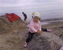 Брат в море ищет камушек , а я уже нашла !