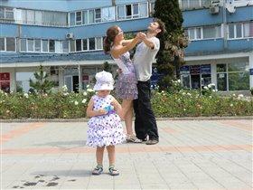 День рождения! Родители вальсируют!))