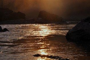 закат на горной реке