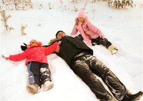 Папа с нами и в снегу может поиграть