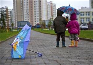 Идут они вместе, один у них зонтик...