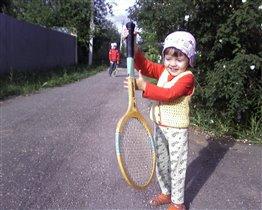 Катя учится играть в бадминтон !