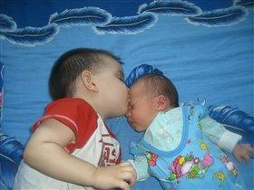 Сплю спокойно только с братиком.