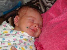 Сладко, сладко спит малышка! И улыбка на устах.