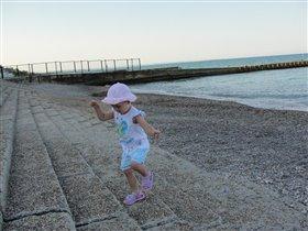 Дочка весело шагает по ступеням ...