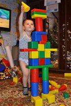 Я строитель хоть куда!     Возведу всё без труда!