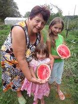 бабушка растит внучек и арбузы