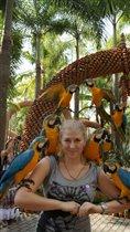 Любительница попугаев!