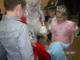 Богдан ищет подарочек в мешке у Деда Мороза