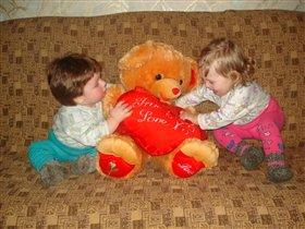 Детки дерутся из-за любимой игрушки.