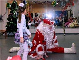 На новогоднем утреннике! Самый весёлый Дед Мороз!