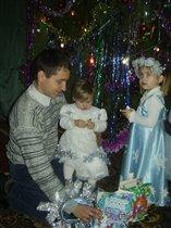 вместе с папой доченьки упаковывают подарки