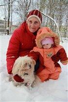 Бабушка рядышком с внучкою)))