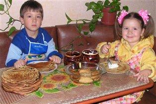 Влад и Анюта фаршируют блинчики)