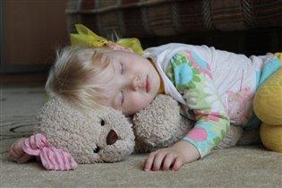 От трудов своих устала, Прилегла и задремала...