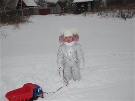 Падает снежок,а Александра покоряет первые сугробы
