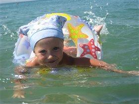 Научилась плавать