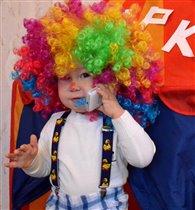 В наше время, даже клоуну не обойтись без гаджета)