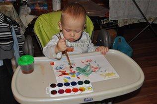 Сыночек рисует елку в подарок маме на Новый год