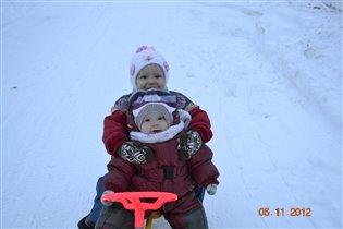 Вместе с братом, на снегокате катим!!!