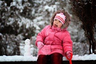 На дворе полно снежка. Я слепила снеговика.