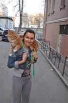 я и мой кот Уникум породы мейн-кун на прогулке