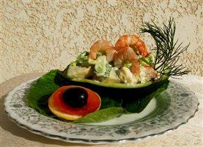 Салат из авокадо и креветок.