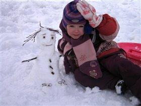 С маленькой снежной подружкой